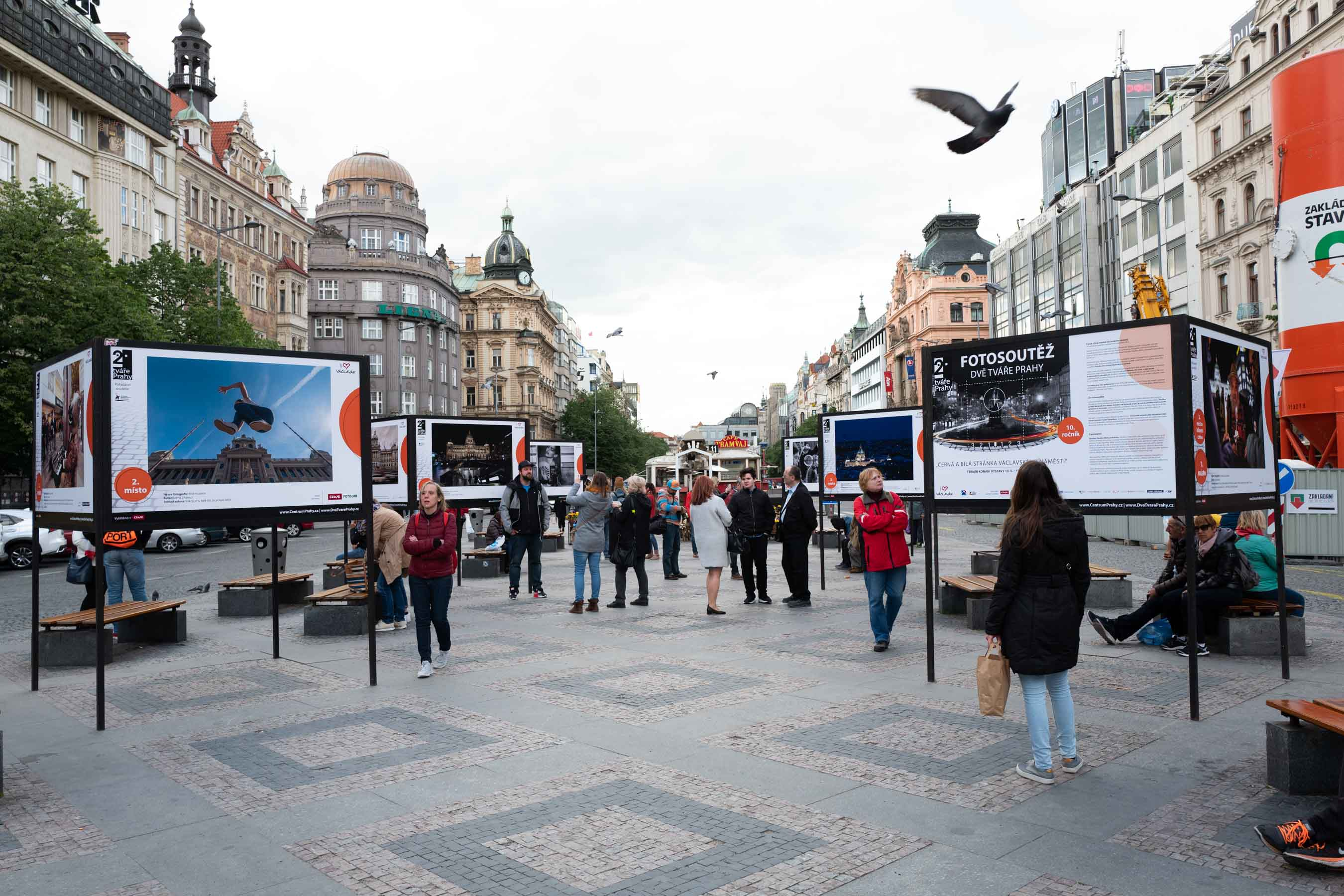 Výstava fotografií soutěže Dvě tváře Prahy na Václavském náměstí