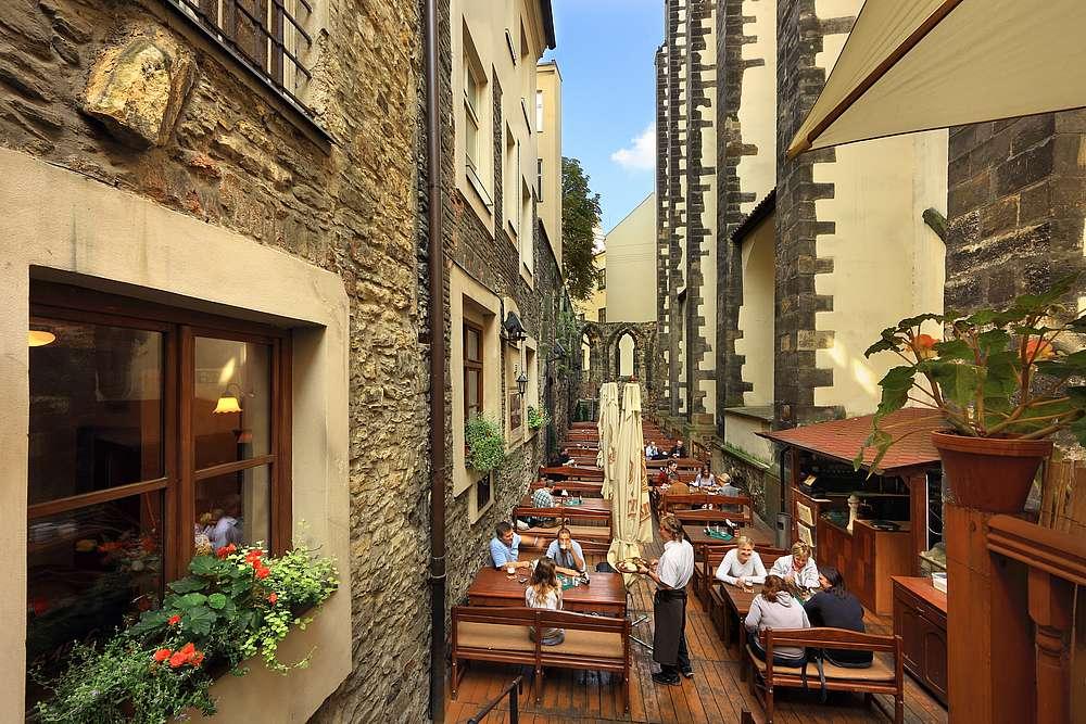 Letní zahrádky a další výjimečné tipy na jídlo a kávu od místních v nejbližším okolí Václavského náměstí