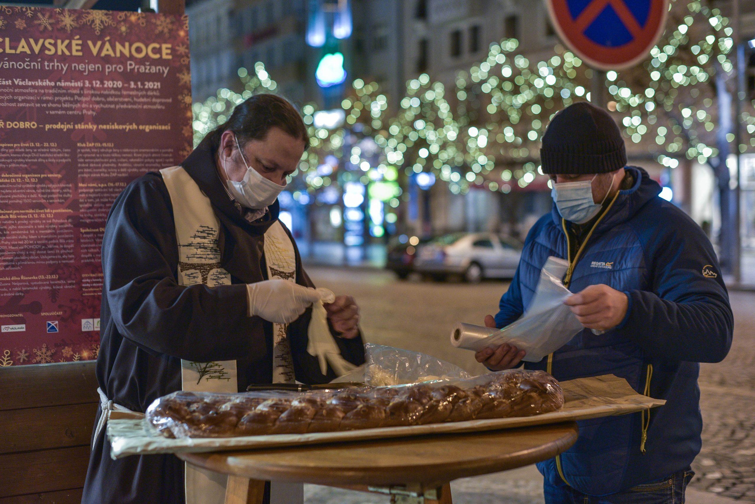 Vánoční bohoslužba pod širým nebem. Tradiční liturgie završila Štědrý večer na Václavském náměstí.