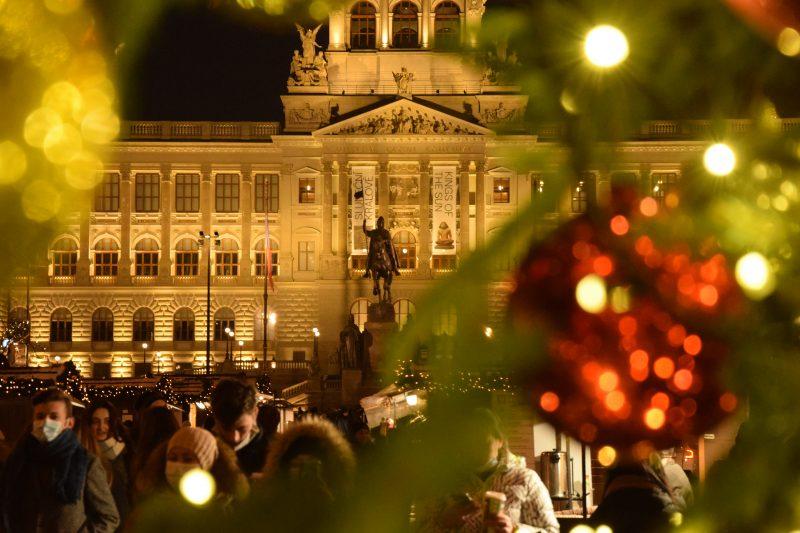 Řemeslné stánky rozzářily horní část Václavského náměstí. Václavské Vánoce se jako jedny z mála tradičních pražských trhů uskuteční i letos!